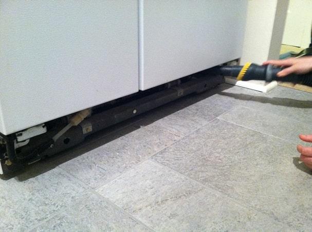 تمیز کردن شبکه های یخچال | فروشگاه اینترنتی امرسان با جارو برقی-min